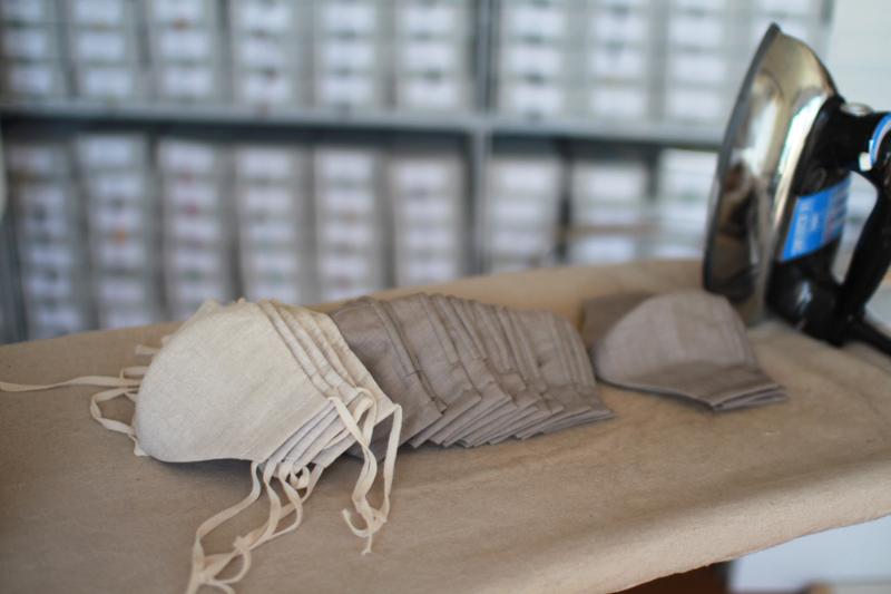 画像: ノーズワイヤー入りでフィット感が抜群のマスクは、息苦しくないよう、あえて2枚仕立て。フィルター効果を高めるためにキッチンペーパーを挟んでもすっきり