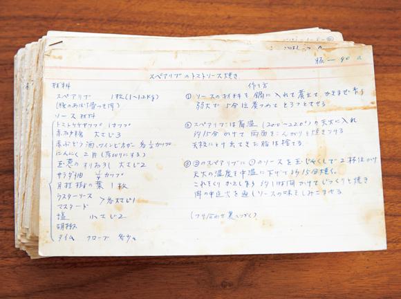 画像: 昔のレシピは、すべて手書き。「自宅には、何千というレシピカードが残っています」と、さわこさん