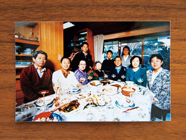 画像: 大家族の堀江家の食卓。やはり、並んでいるのは洋食。「いつも、このくらいの人数は普通でした」