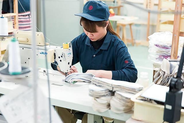 画像: 伝統の技を受け継いだ熟練の職人たちが、丁寧な手仕事でつくりあげる