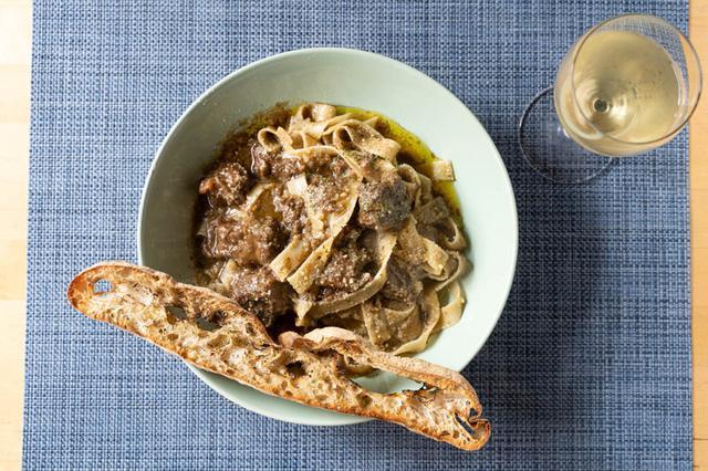 画像: 広い手打ち麺と豚肉の煮込みがよく合うグーラッシュ。