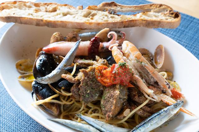 画像: 魚介をたっぷり使ったペスカトーレ。自家製酵母を使った手づくりパンを添えて