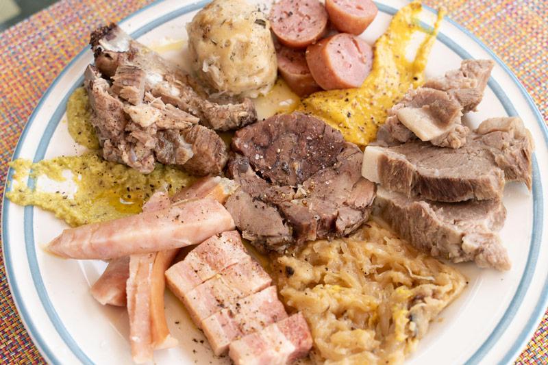 画像: ポルツィーナ(2400円)は、肉料理の盛り合わせとザワークラウト、パンニョッキのセット。
