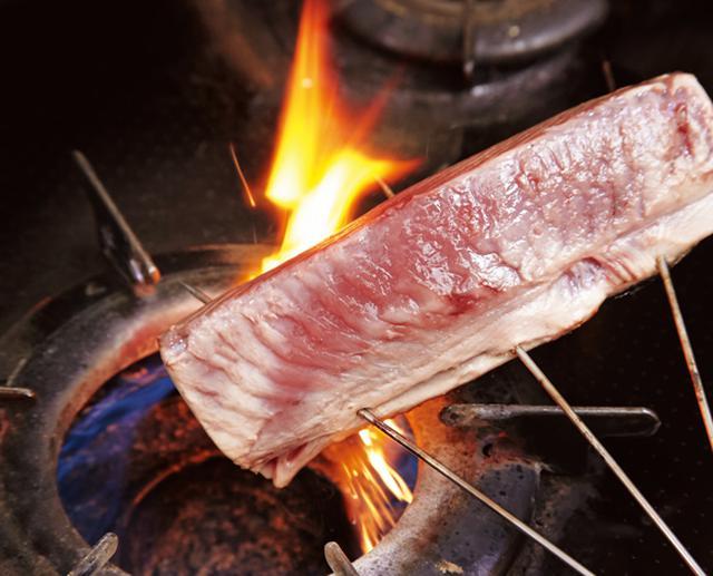 画像: 皮のほうからじか火でしっかりと焼く。身は軽くあぶる程度で