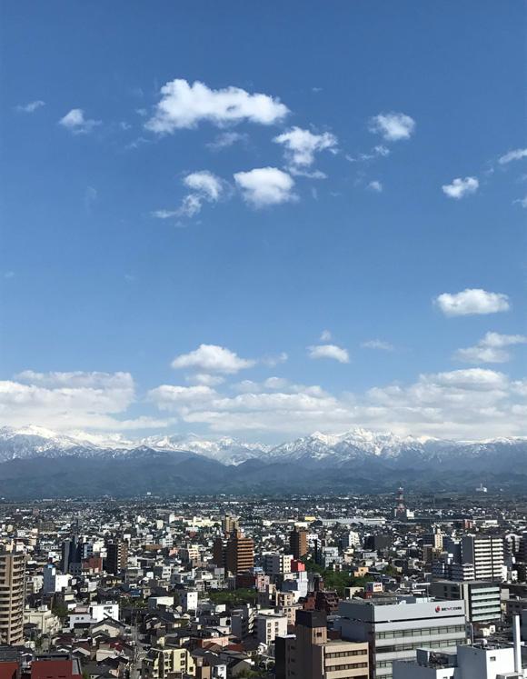 画像: 富山市内から北アルプスを望む
