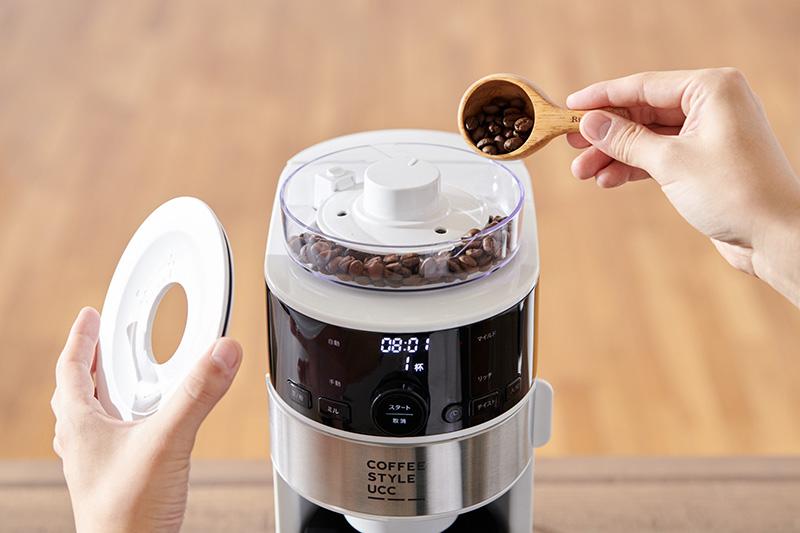 画像: 豆は自動計量してくれるから、量る手間が省けて便利。豆容器には約100gまで投入できる
