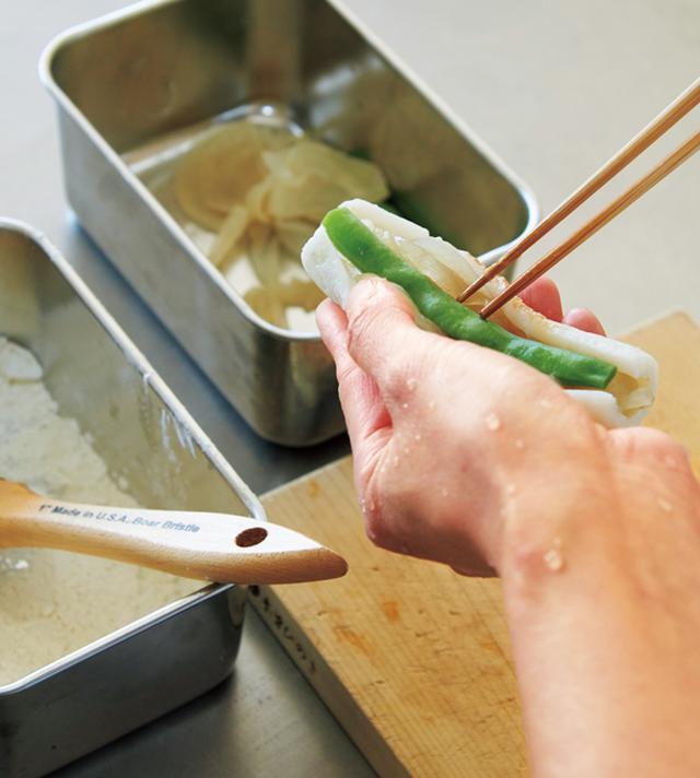 画像: 揚げている間にはがれないように。内側にも薄力粉を満遍なくはたいてから野菜をはさむ