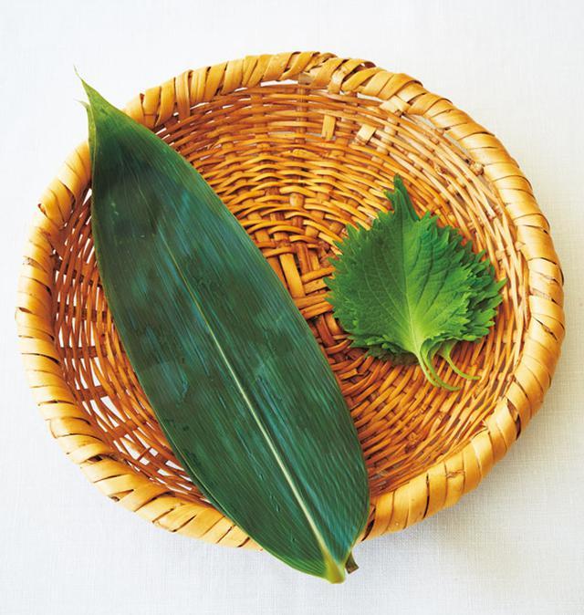 画像: 青じそであればおかずにもなり、笹の葉ならば、防腐効果も。笹の葉は、冷凍保存も可能
