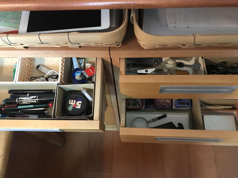 画像: 金子家の引き出しの中身。小さな箱を組み合わせて、文具を仕分けしている。