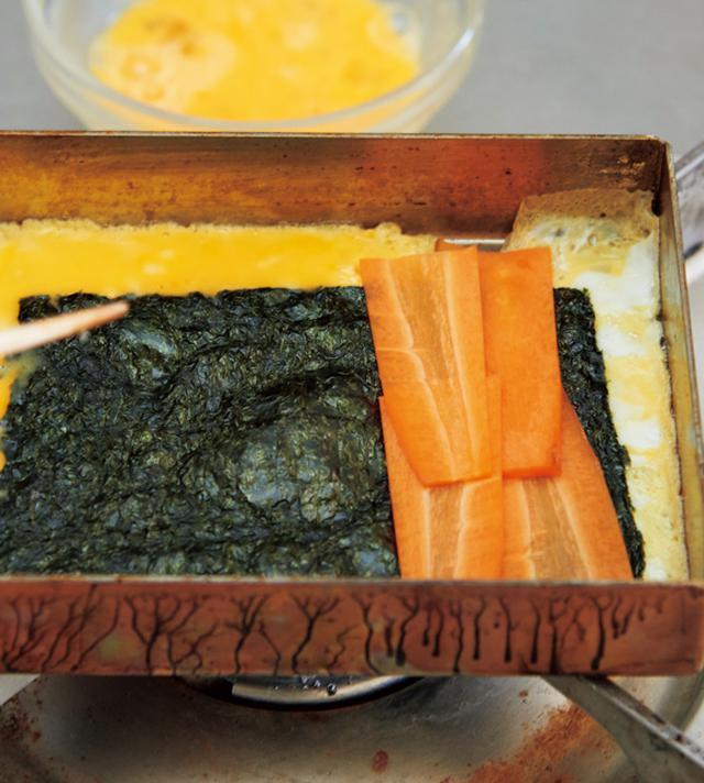 画像: にんじんは薄切りにして、火が早くとおるように。くずれないように芯にして、一気に巻き上げる