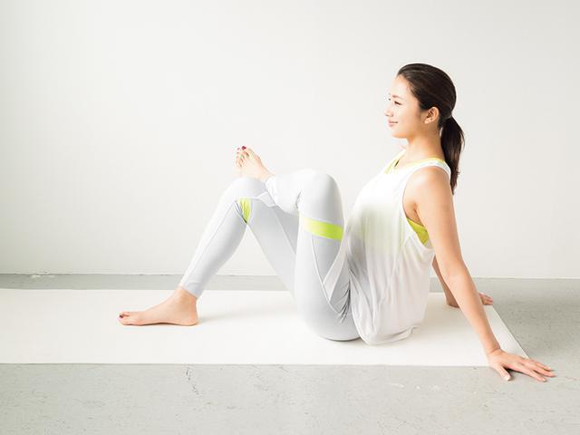 画像: ① 床に座り、右ひざに左脚をかける
