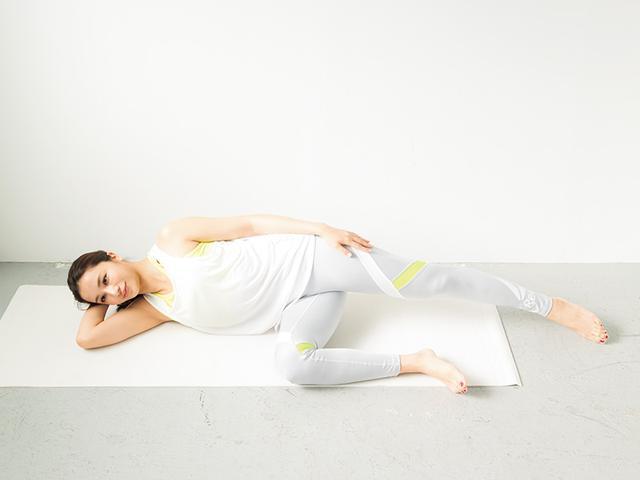 画像: ① 床に横に寝そべり、右ひざを曲げる