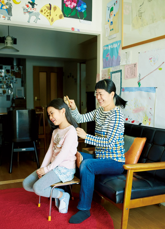 画像: 塩山さんと娘のはなちゃんは美しいツヤ髪の持ち主。「私は洗髪後に椿油をつけますが、娘はせっけんシャンプーで洗うだけでサラサラ。羨ましいです」