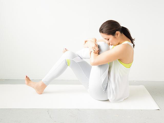 画像: ② 左脚を抱え込み、股関節を伸ばす