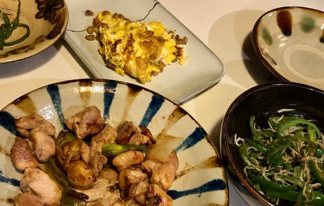 画像: 長男作の鶏の照り焼きと、納豆オムレツ。次男は上手にピーマンを細切りにして、好物のじゃこピーマン炒めを作ってくれました