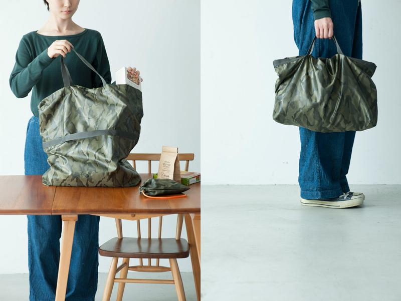 画像: 持ち手を側面にもつけて、装いや荷物量に合わせて高さが変えられる2way。側面の持ち手から上を、内側に折ると横長タイプに。しなやかなポリエステル地を選び、畳んでエコバッグとしても携帯できる収納袋をプラス。収納袋はポケット代わりの小物入れも。