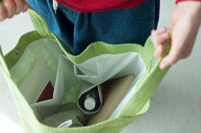 画像: 日々の買い物やお出かけ、レジャーにも便利なゆったりサイズ。表布は麻の一種、ジュートでざっくり織られ、穀類やコーヒー豆の袋にも用いられるヘッシャンクロス。裏布に張りのあるナイロン地を選び、保形の役割も。共布で仕切りポケットとボトルホルダーを。