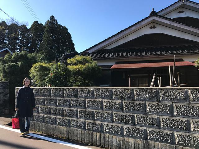 画像: 家の前で記念撮影