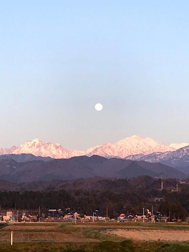画像: 4月初旬の満月とアルプス