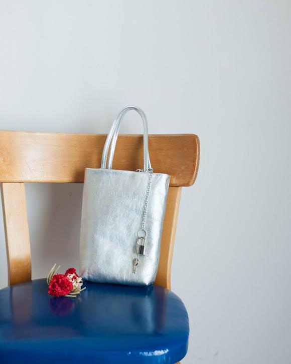 画像: まるで既製品! トートバッグを革で手づくり。はぎれではさみケースも デザイナー・かわいきみ子さん