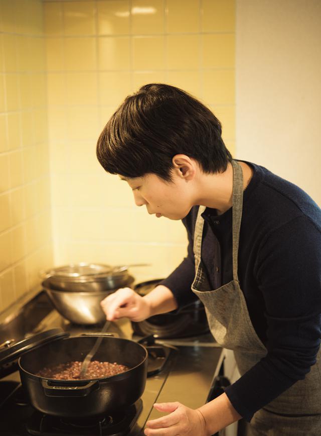 画像: あんこがちゃんと煮えているか、ちょっとかたそうな黒っぽい豆を選んで食べてみる