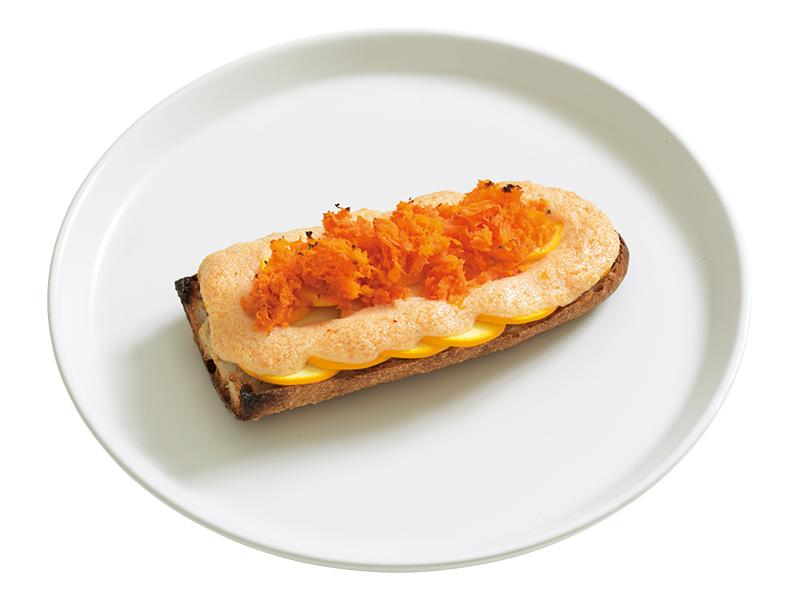 """画像: 「明太ドテマヨトースト」食感の違う2種の野菜が見事に調和。明太マヨがつなぎ役。ぐらつく心配のあるバゲットも""""ドテ""""があれば、具がこぼれず、安心です。"""