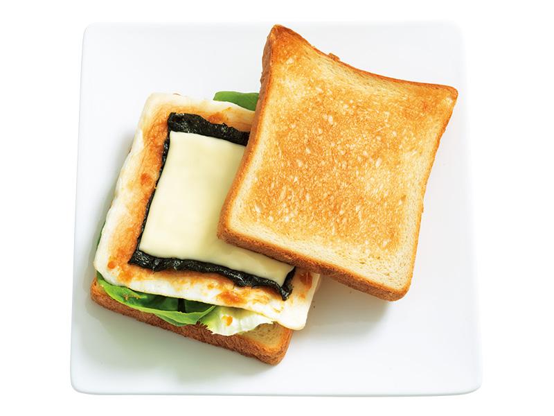 画像: 「はんぺん味噌チーズサンド」さっくりパンとふわふわはんぺんのまとめ役は、とろけたチーズ。ごま油をひいたフライパンで厚さ半分のはんぺんを両面こんがりと焼くのがポイント。
