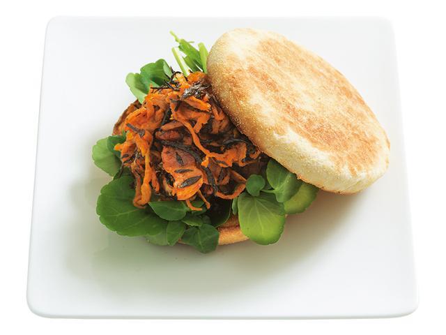 画像: 「切り干しとひじきのカレー炒めサンド」パンのやわらかい食感と具のこりこり食感のコントラストが楽しい一品。食パンでつくってももちろんおいしい。
