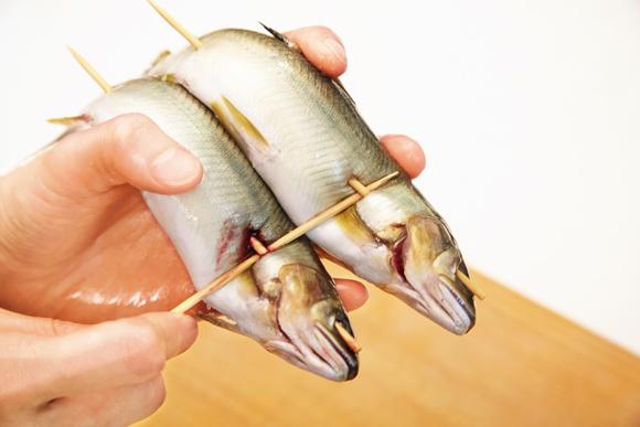画像: のぼり串をした鮎を2本並べ、縦に補助串を通すと固定しやすい