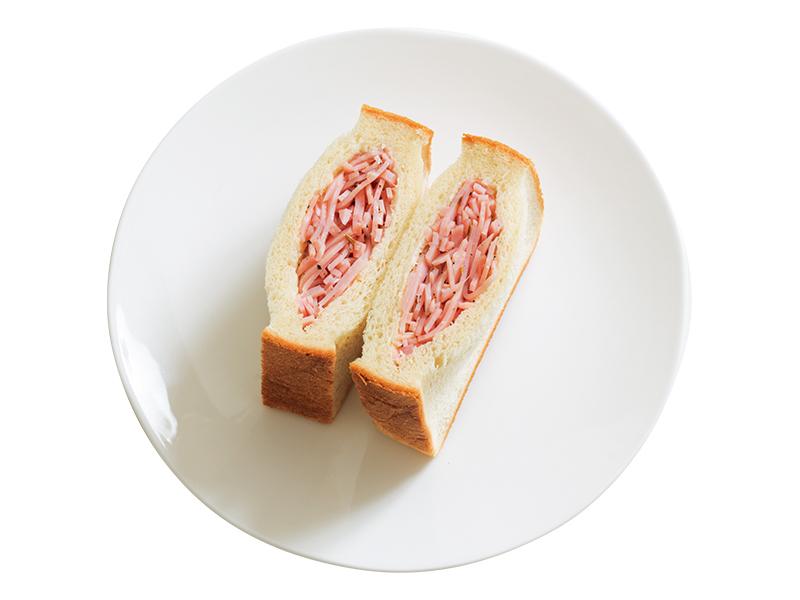 """画像: 「ぎゅうぎゅうハムサンド」半分に切った食パンの断面から切込みを入れ、ポケット状にしたところに、スパイシーに味付けしたせん切りのハムをぎゅうぎゅうに詰める""""ポケット式""""を駆使した一品。焼いてもおいしい。"""