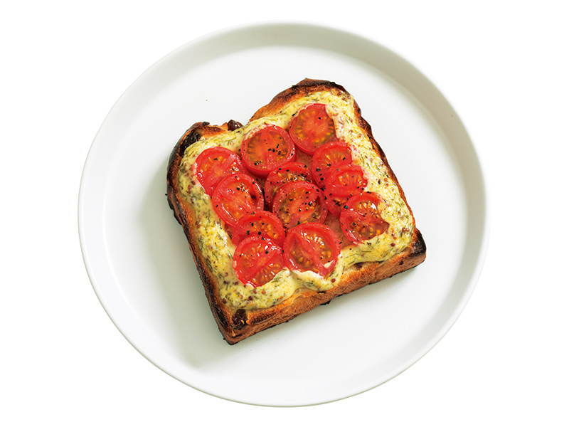 画像: 「焼トマトのハーブドテマヨトースト」ハーブを混ぜたマヨネーズとぶどうパンの甘みが、焼いたトマトの甘酸っぱさを引き立てます。うま味の詰まったトマトの焼き汁まで、まるごといただけます。