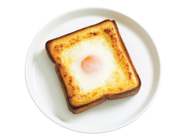 """画像: 「半熟目玉焼きキャベツのドテマヨトースト」パンをぐるりと囲む土手のように、マヨネーズをしぼり出すから""""ドテマヨ""""。ふるふるとした具を落下から守ります。"""