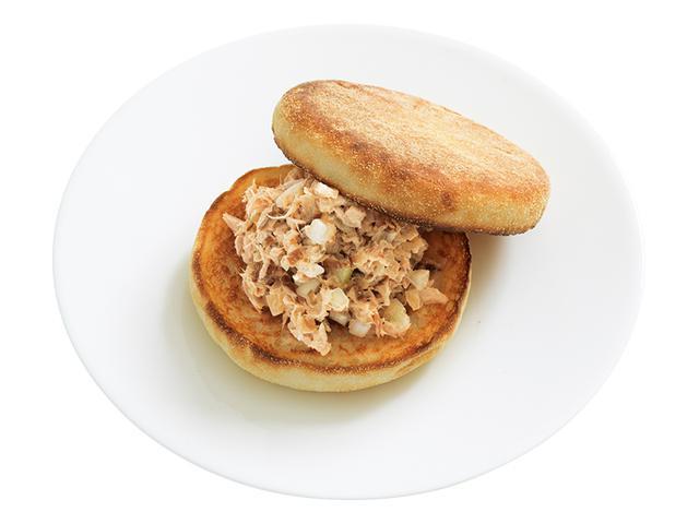 画像: 「いぶりがっこツナサンド」一般的なツナサンドの具に、いぶりがっこのみじん切りを混ぜるだけ。いぶしたスモーキーな風味がクセになるオツな味です。