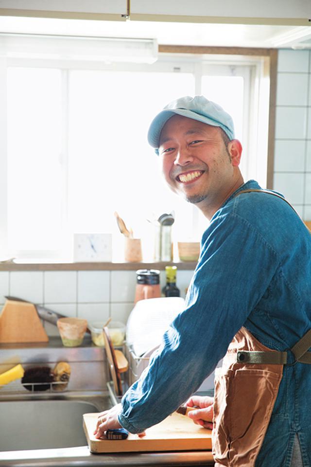 画像: 調理中の金子健一さん。金子さんが営む食堂「Alps gohan」(長野・松本市)では、「ぱんぱかパン図鑑」の復刊を記念し、期間限定で木曜と金曜日に著書からのアレンジパンメニューを提供している。