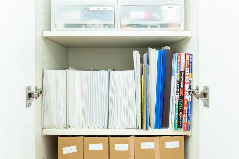 画像: ふだんは、家中の紙情報を集約したリビングの棚に収納しています。家族で共有します。