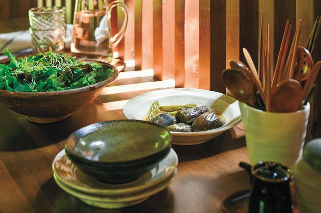 画像: 17:00 収穫した野菜で夕食づくり