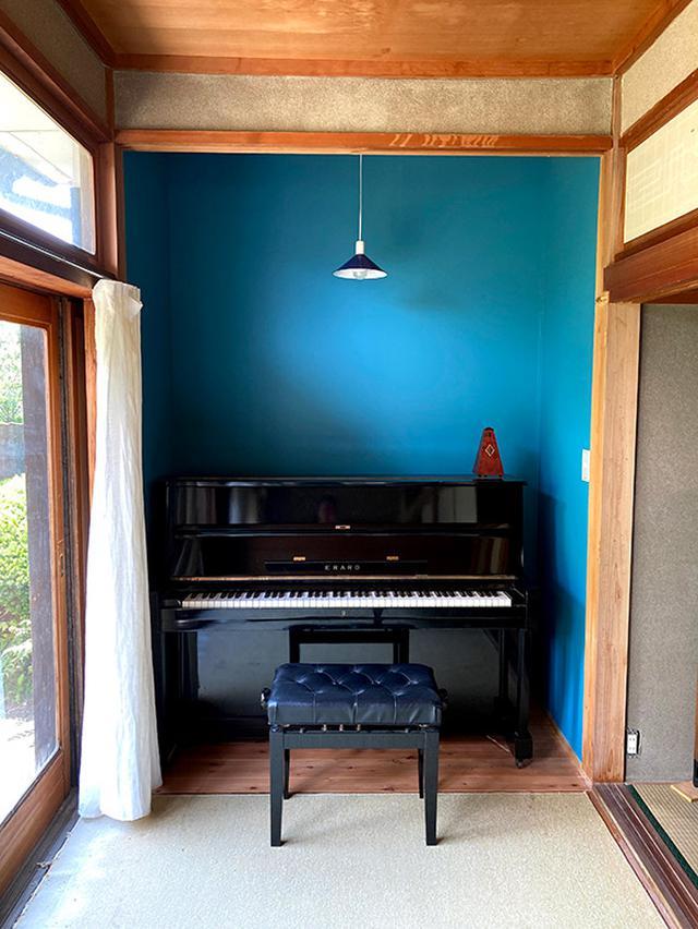 画像: 幅の広い縁側にピアノコーナーを。カーテンは白いリネンで。