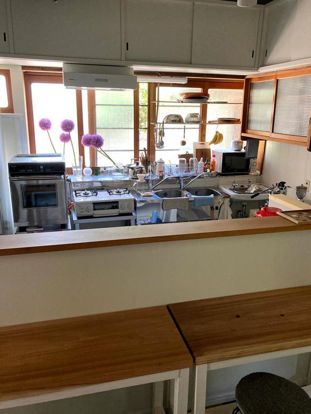 画像: 台所はキッチンと客席部分をカウンターで仕切って。