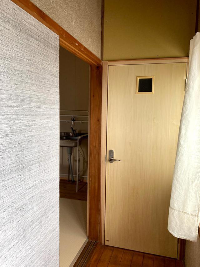画像: 二階にもトイレを新設。もともと押入れだった部分を活用。ミニキッチンも設置。