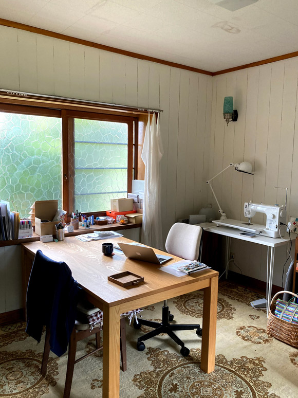 画像: 仕事部屋は自分でペンキを塗りました。