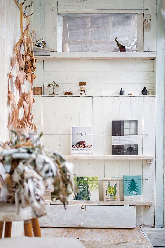 画像: 入って右手の壁には、上部に通風のための窓、目線の高さに小物を置くニッチスペース、下部に雑誌や本を立てかけるラックを設けた