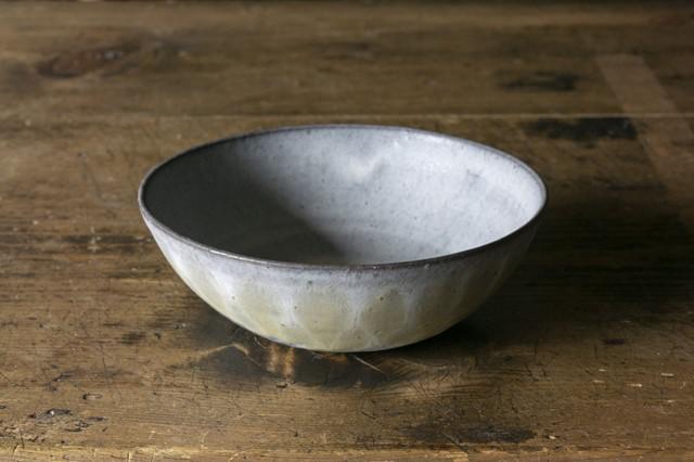 画像: 「きいろボウル」は、白釉に黄色の釉薬で模様をつけたもの。黒土を使っているため、白釉といってもグレー味を帯び、中性的で深淵な気配を纏う