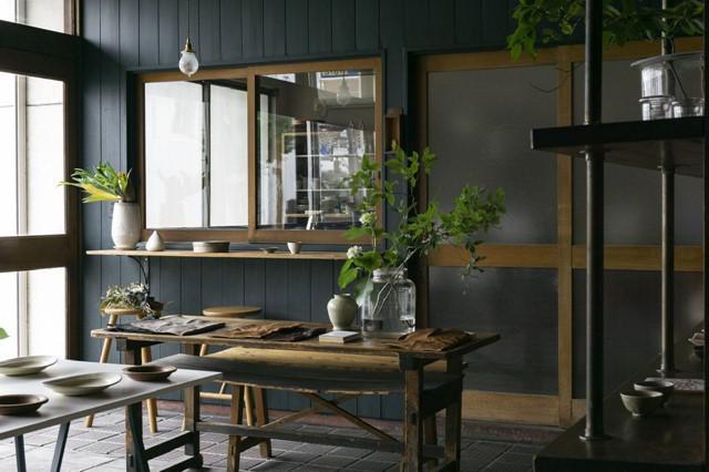 画像: 内装は建築デザインが専門の淳一さんが手がけた。花や枝物が毎日しつらえられ、ほっと和める空間