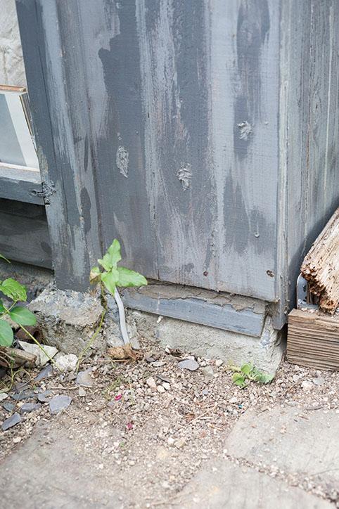 画像: 基礎は駐輪スペース用の土間を転用して建てた
