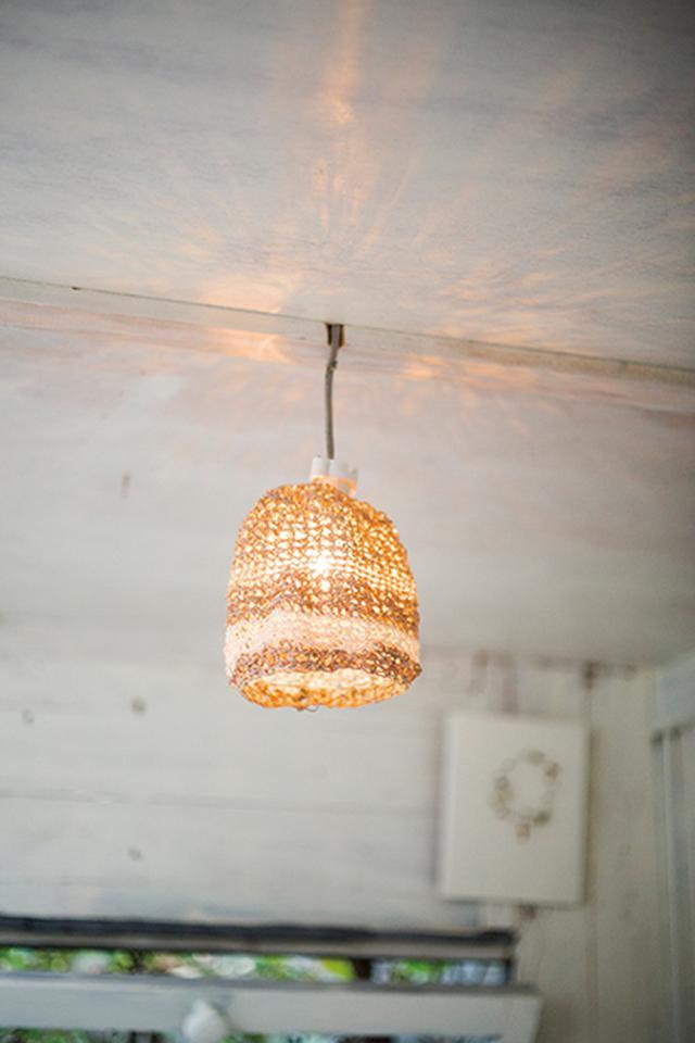 画像: 室内灯のシェードは、布で編み込んだオリジナル