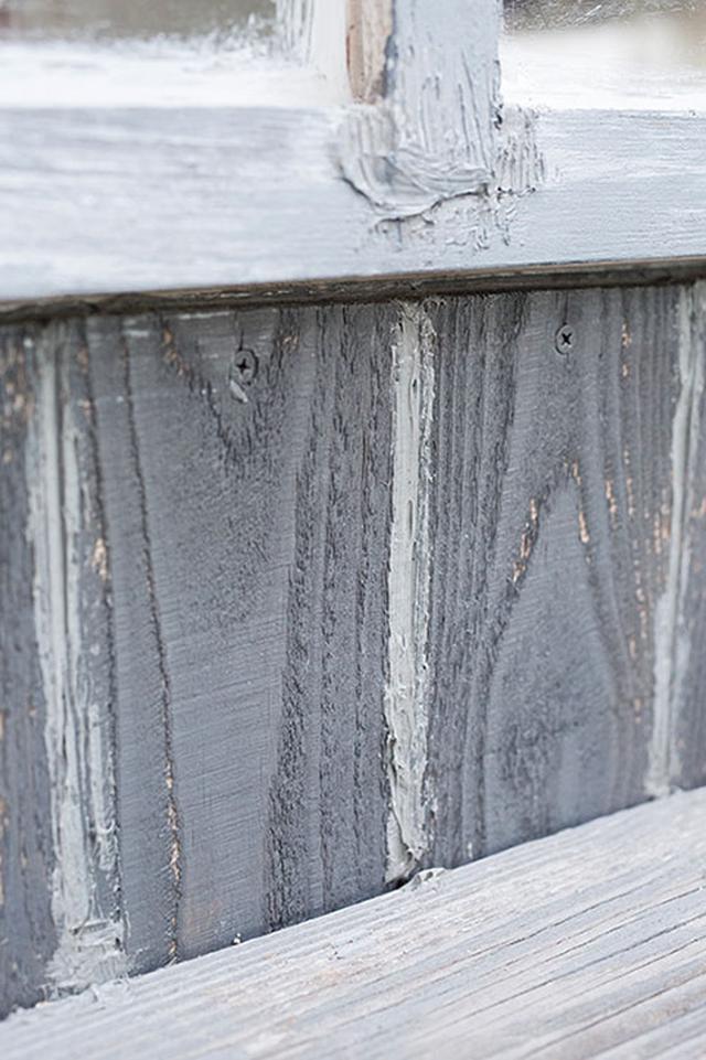 画像: 窓枠にはグレーの塗料を重ね塗り。アクリル窓の端には白塗装を施した