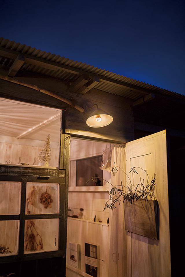 画像: 小屋の明かりが玄関先まで漏れ、家全体の温かみが増す