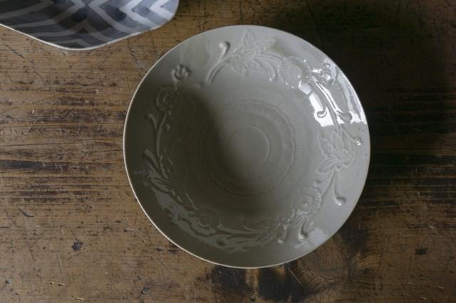 画像: 「青磁刻紋6寸鉢」はかなり薄手の磁器。でも、縁を少し厚めにするなど工夫がされ、薄手でも丈夫で扱いやすい