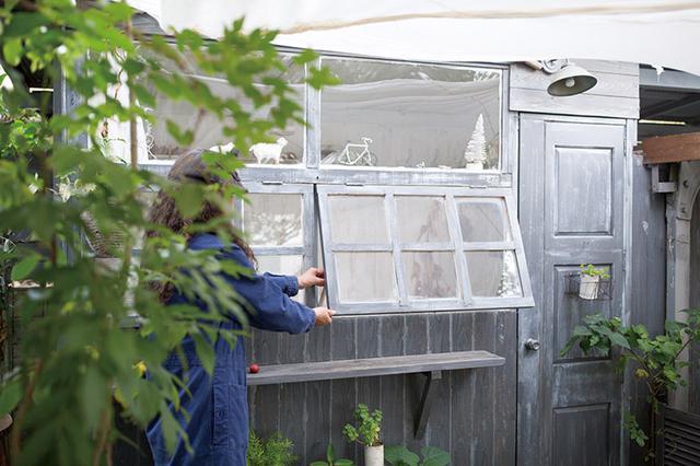 画像: 玄関先に面して連続する窓は、1枚ずつ開閉することができる。金具で留めておけば、開いた状態を保持。気候のよい時期には、窓を開け放って室内で過ごすこともある