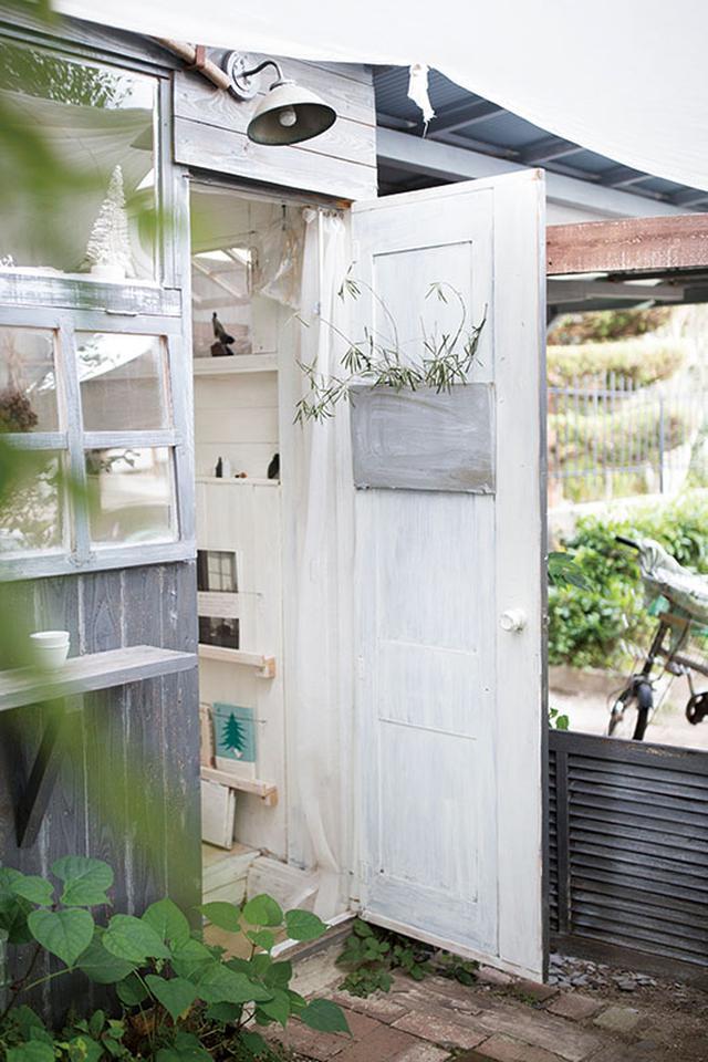 画像: 出入り口に取り付けた扉は、もとは洋服ダンスのもの。横に木材を加えて幅を増やし、表裏に塗装をかけて一体化させた